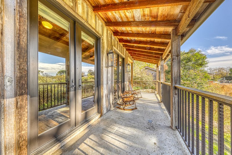 Refined cottage w/ private hot tub & reclaimed barn details, vacation rental in Fredericksburg