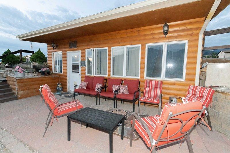 360 Mountain Views 1/2 way between Cody and Yellowstone Cabin 2, holiday rental in Wapiti
