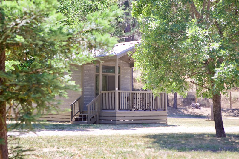 Single Queen Cottage, holiday rental in Cobb
