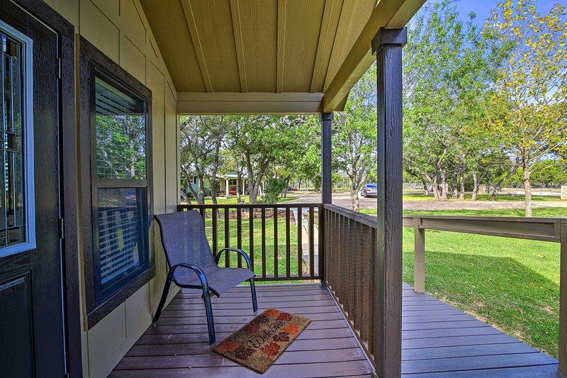 Questo cottage per le vacanze ha un accogliente portico.
