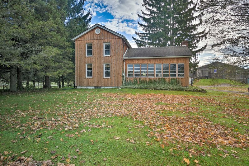 Vintage Farmhouse ~ 2 ½ Mi to Mount Pleasant Ski!, alquiler de vacaciones en Erie