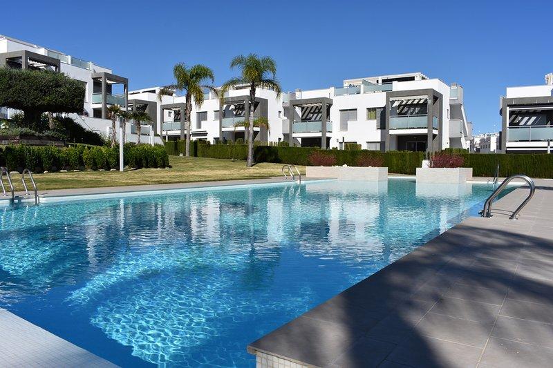 Prachtig gelijkvloers appartement met groot Zuid gericht terras., holiday rental in Punta Prima