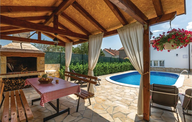 Awesome home in Imotski with Outdoor swimming pool, WiFi and 2 Bedrooms (CDC357), location de vacances à Imotski
