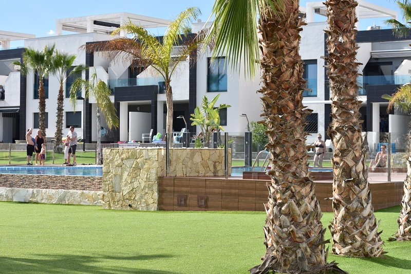 Uitzonderlijk gelegen gelijkvloers appartement met groot zuidgericht terras., holiday rental in Punta Prima