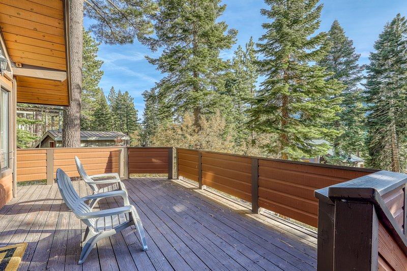 Beautiful home with deck facing Mountain views and near Squaw/Alpine Meadows Chalet in Alpine Meadows