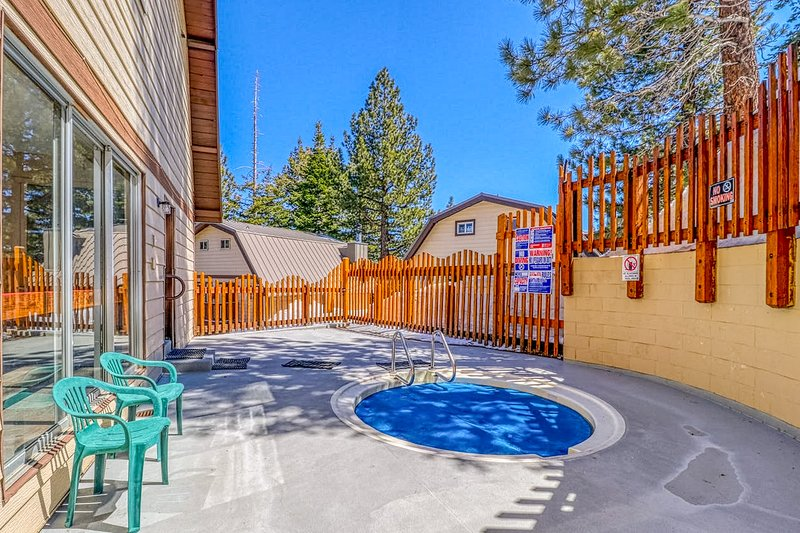 Condo w/ forest & mountain view & shared hot tub/game room - walk to Village! Chalet in Mammoth Lakes