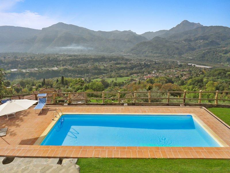 NEW!!  Albiano, Il Castello,  private solar heated pool, walk restaurant, Barga, Ferienwohnung in Barga