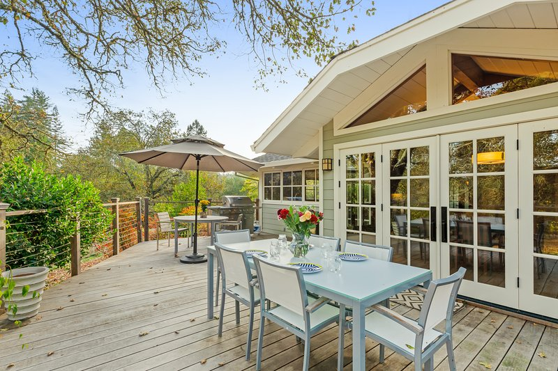 Luxurious estate on 10 acres w/ Japanese bath & tea house, gardens & tennis!, location de vacances à Occidental