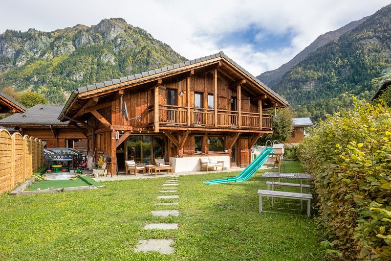 Beautiful detached chalet with private garden and mountain views, holiday rental in Servoz