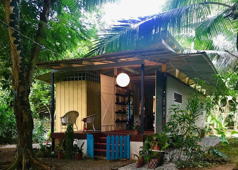 Colibri Noche ~ Artistic Jungle Container Home by the BEACH, vacation rental in Hone Creek