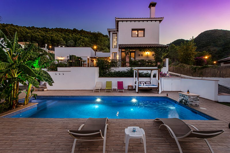New fabulous luxury villa with 6 bedrooms, beautiful views and pool, vacation rental in Cartama