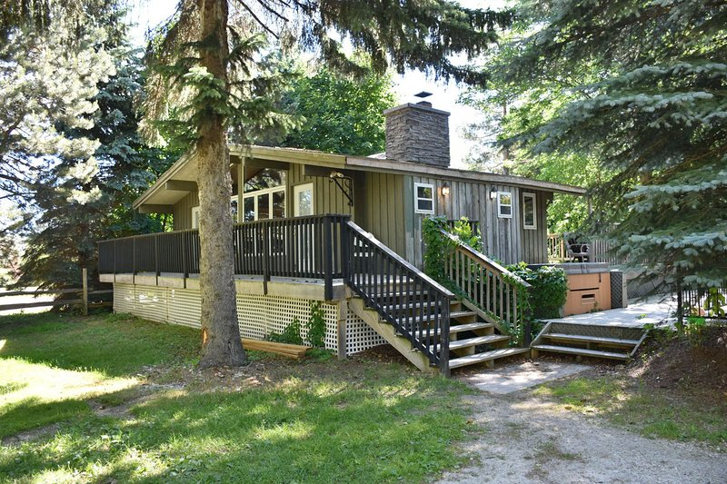 Dog-friendly chalet w/ a private pool, hot tub, & dry sauna - near lake & skiing, holiday rental in Blue Mountains
