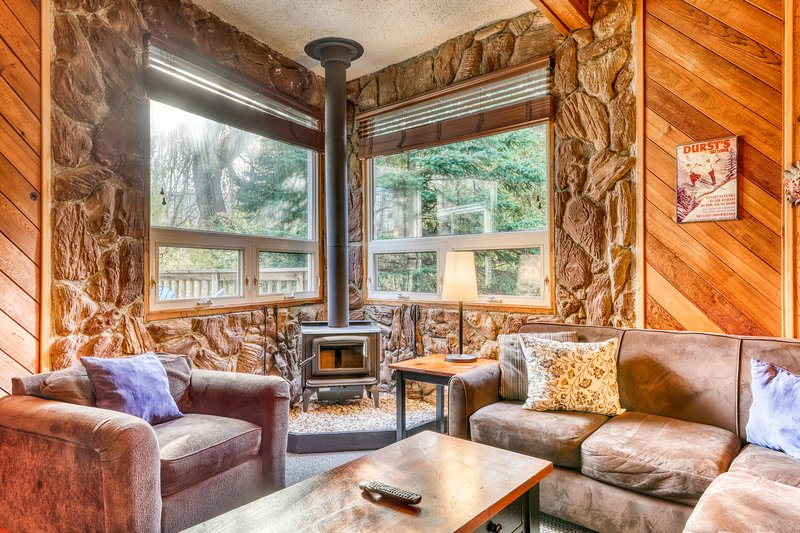 Updated chalet w/ a full kitchen, fireplace, sunroom, deck, & private hot tub, vacation rental in Craigleith