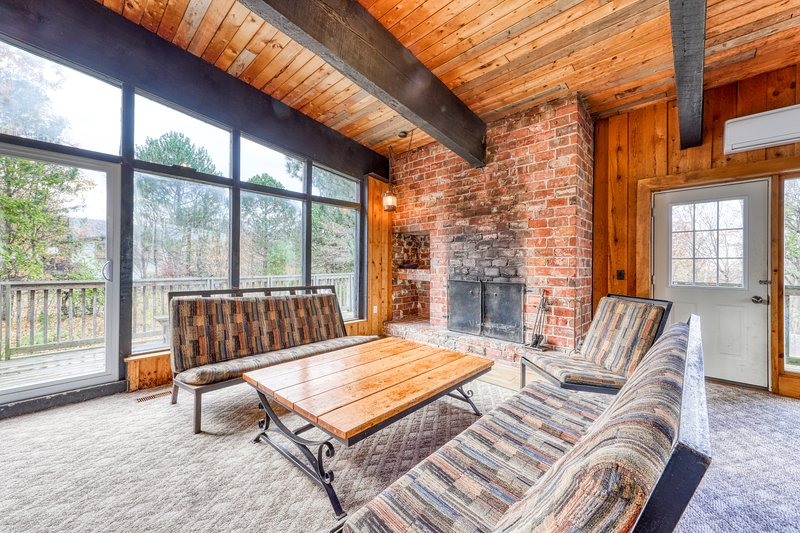 Large rustic chalet w/ a full kitchen, furnished deck, Ping-Pong, & a dry sauna, vacation rental in Craigleith