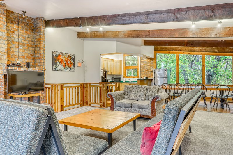 Dog-friendly chalet w/ a furnished deck, private dry sauna, & Ping-Pong table, vacation rental in Blue Mountains