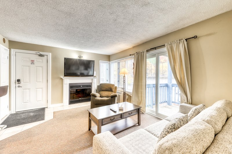 Memorable condo w/ shared pool/hot tub/tennis - walk to lifts!, vacation rental in Blue Mountains