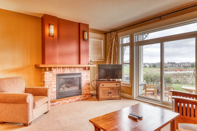 Blue Mountain Village condo w/shared pool and hot tub - walk to restaurants!, vacation rental in Blue Mountains