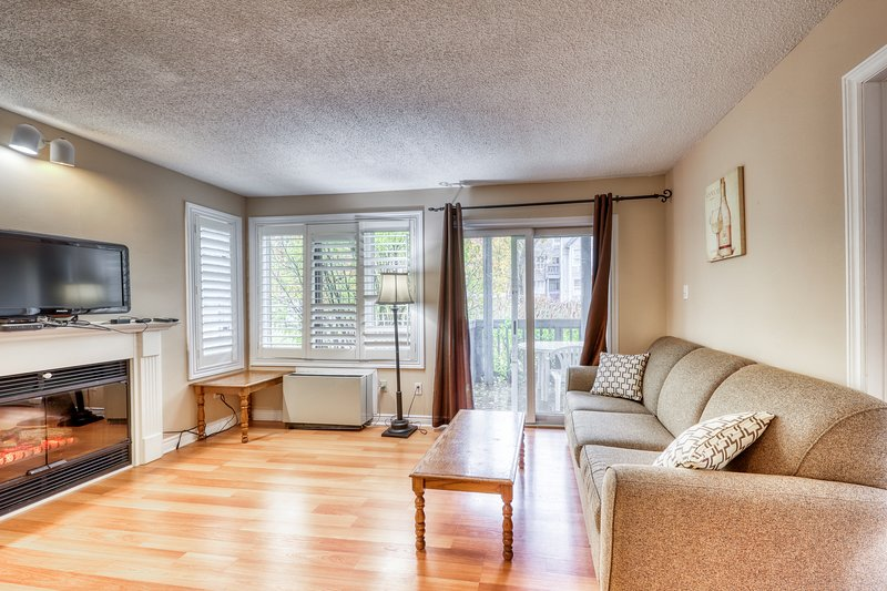 Walk to lift/shuttle! Cozy condo w/ shared pool, hot tub & tennis - dogs OK!, vacation rental in Blue Mountains