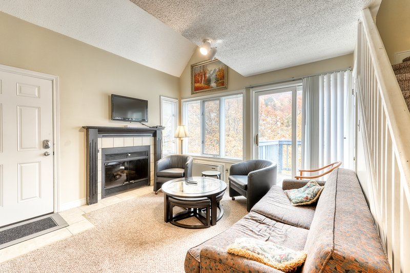 Dog-friendly condo w/ fireplace & shared hot tub/pool - walk to lift/shuttle!, vacation rental in Blue Mountains