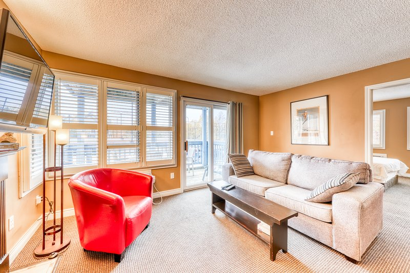 Condo w/ fireplace & shared hot tub/pool - walk to lift/shuttle, dogs welcome!, holiday rental in Heathcote