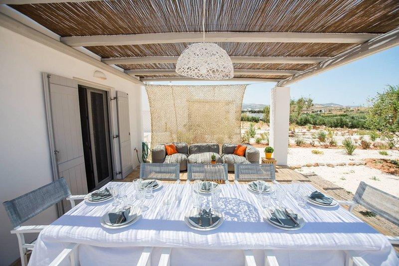 La sala de estar y comedor con sombra al aire libre de la villa
