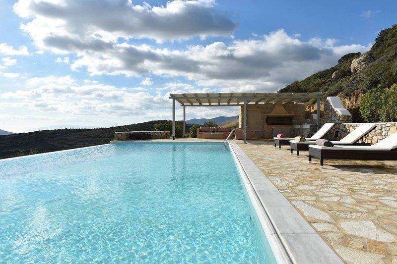 Villa Moonlight · Exquisite villa for 10 with pool, helipad, aluguéis de temporada em Naoussa