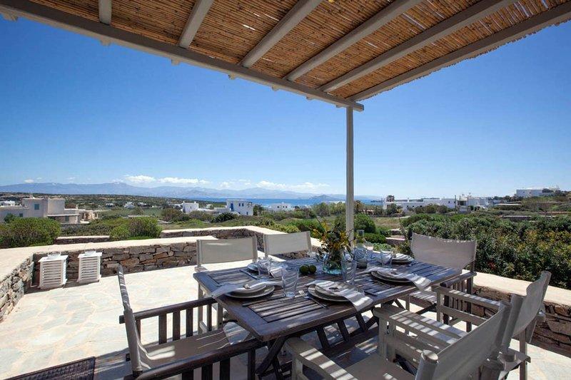 Serene holiday villa - Views, nr Best family Beach, aluguéis de temporada em Naoussa