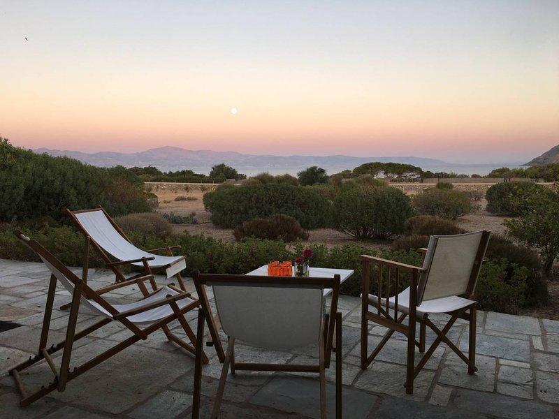 Disfrute de una copa de vino mientras disfruta del ambiente tranquilo y las impresionantes vistas al mar.
