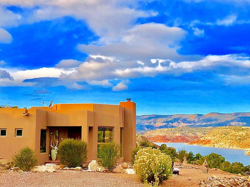 Rare Abiquiu Lakefront Home  - Experience O'Keeffe Country in Luxury. 360 Views!, location de vacances à Abiquiu