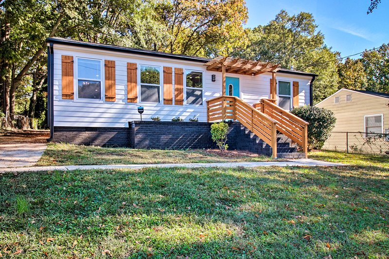 NEW! Cozy, Modern Home w/ Parking ~ 4 Mi to Dwtn!, casa vacanza a Hapeville