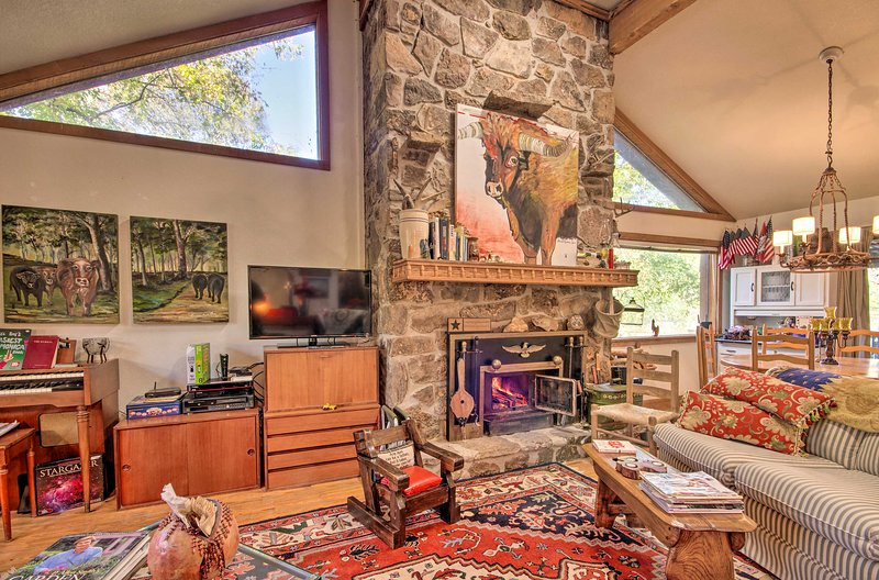 Riverfront Getaway w/ Treehouse, Kayaks & Deck!, aluguéis de temporada em Cherokee Village