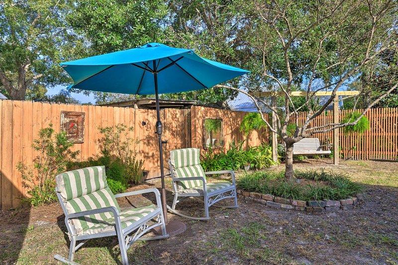 A propriedade aceita animais de estimação e oferece acesso compartilhado a um quintal fechado.