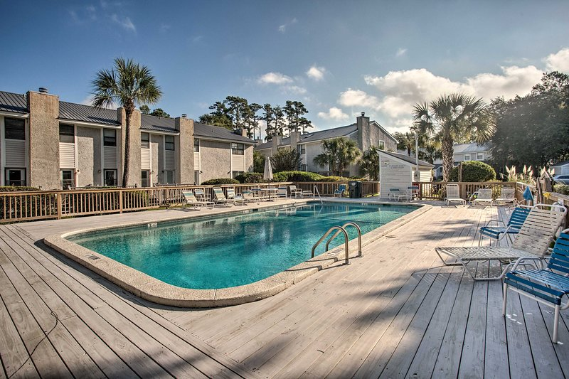 Passeie até a piscina da comunidade para dar um mergulho.