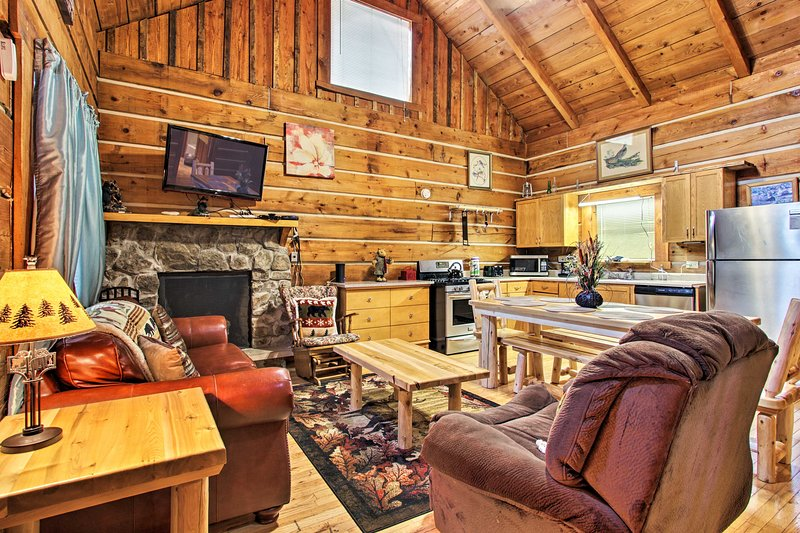 Family Cabin w/Spa ~ 8 Miles to GSM National Park!, vacation rental in Gatlinburg