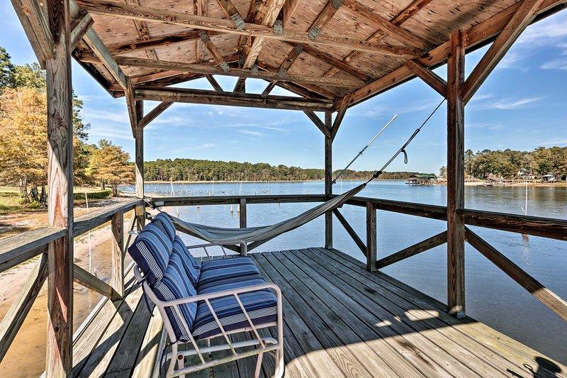 Toledo Bend Fishing Getaway w/ Dock & Treehouse!, aluguéis de temporada em Burkeville