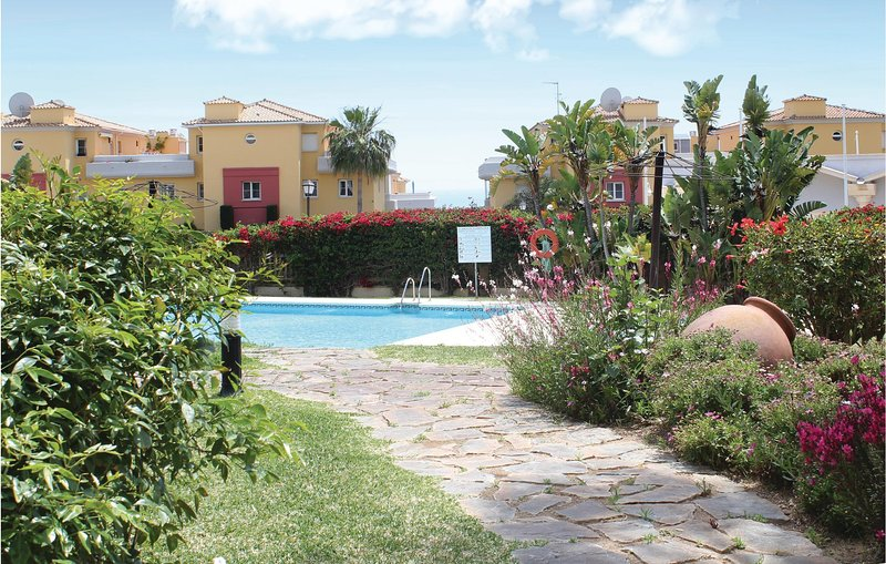 Beautiful apartment in Marbella with Outdoor swimming pool, WiFi and 2 Bedrooms, alquiler vacacional en Artola