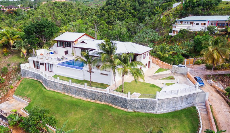 Luxurious Villa for 15, with Chef & Ocean View, holiday rental in Nagua