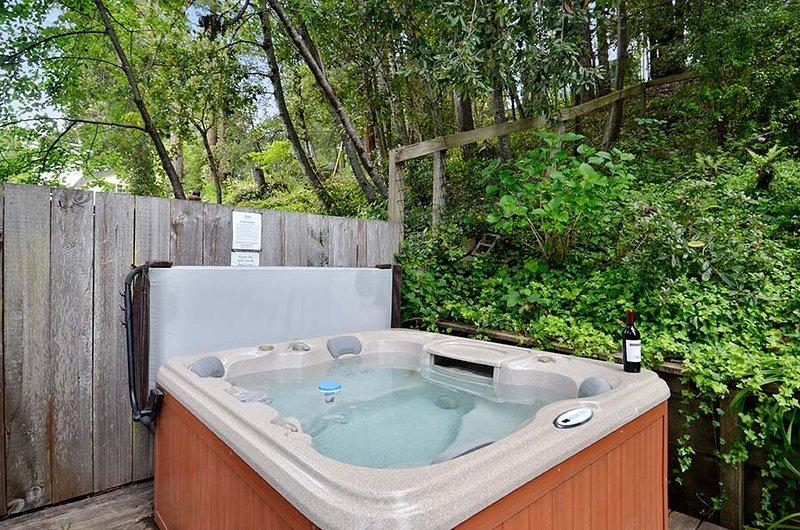 Fairy Circle Cottage, patio con spa y comedor al aire libre