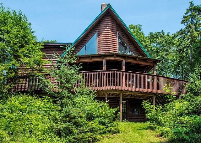 Stunning & Spacious Log Cabin in the Woods, location de vacances à Hopatcong