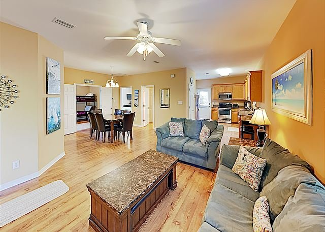 Beach Bliss | Updated Cottage with Pools | Walk to Sugar White Sands!, alquiler de vacaciones en Gulf Shores
