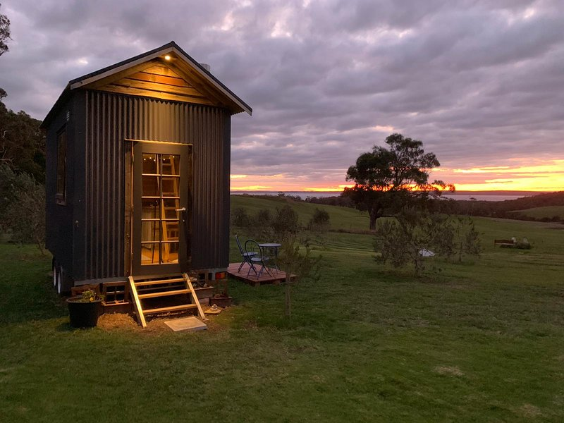 Live Big in The Gurdies Tiny House with a View, holiday rental in Lang Lang