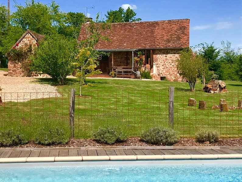 Idyllic Retreat: 2 Cottages; Private Pool; 2 Kitchens; Amenities & Charm!, Ferienwohnung in Hautefort