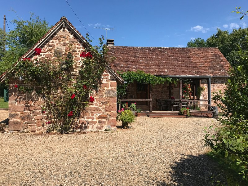 Romantic & Rustic Stone Farmhouse with Private Pool and Idyllic Country Views., Ferienwohnung in Hautefort
