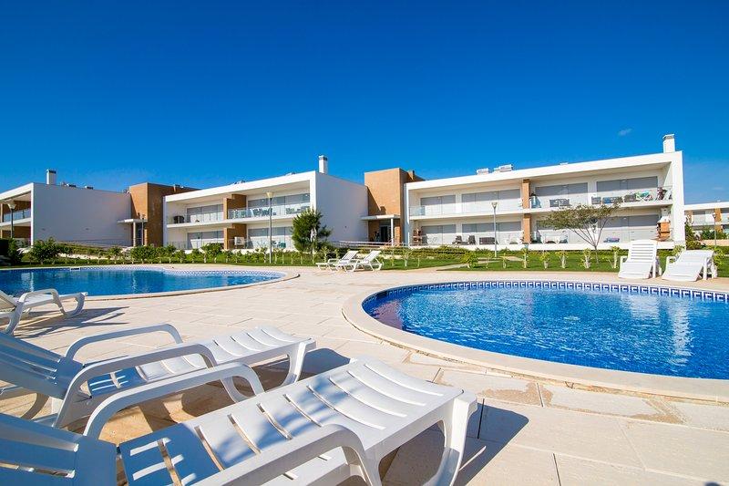 Beautiful 2 bed apartment -wifi & BBQ, aluguéis de temporada em Olhos de Água