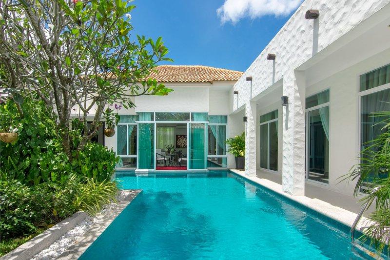 Netrasiri Villa, Phuket, Thailand, holiday rental in Ban Trisuk