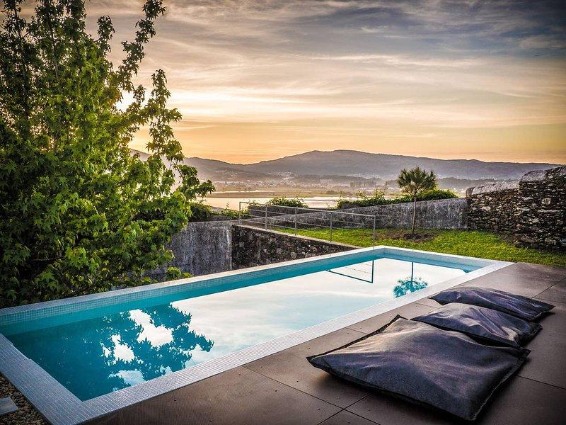 Spacious villa with swimming-pool, casa vacanza a O Rosal