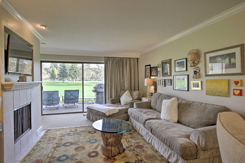 Bright & Airy Napa Condo w/Patio on Golf Course!, holiday rental in Yountville