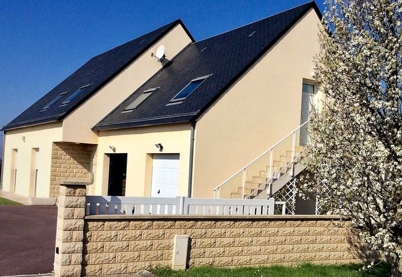 Beautiful apt with garden & terrace, holiday rental in Regneville-sur-Mer