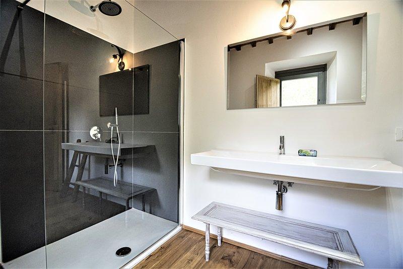 Ampio bagno con doccia