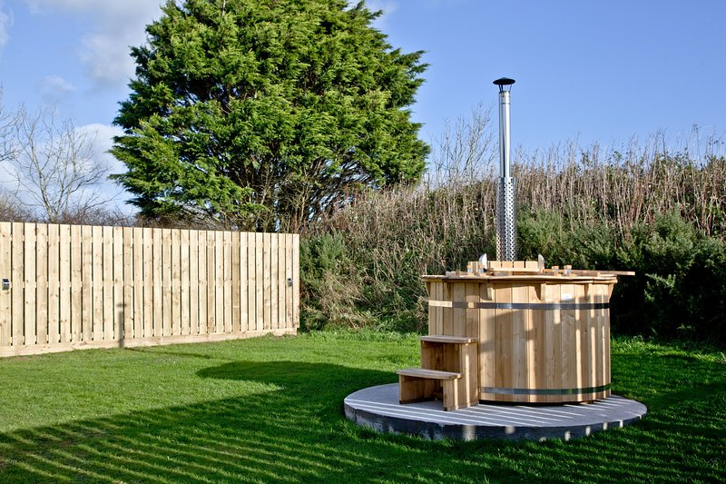Wheal Rose, Wheal Dream - 2 bed luxury lodge completed with wood fired hot tub, holiday rental in Wendron